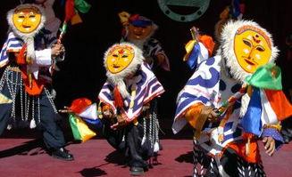 友在表演舞蹈《红太阳》.   5月28日,拉萨城关区中心双语幼儿园藏...