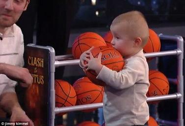 美两岁男孩篮筐下全胜NBA巨星