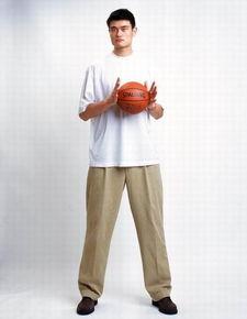 搜狐体育讯 姚明2003-04赛季写真图.(Photo by Jennifer Pottheiser/...