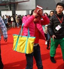 ...月26日,北京电影学院发放表演学院复试榜,一个身着红色上衣的女...