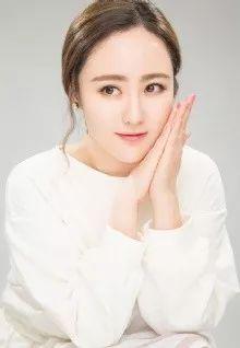 在热播的《青云志》中,她饰演的大师姐文敏,和杨紫饰演陆雪琪还...