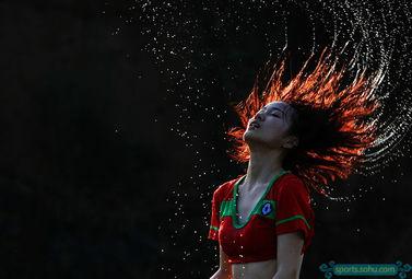 血染神巅- 被水浸湿的足球女神轻甩秀发,定格的瞬间仿佛进球后的球员无比陶醉...