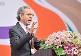 美国库恩集团主席罗伯特 L 库恩发表大会演讲