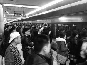 一齐挡-来才知道,跟她一起挡在站外的乘客有许多都是赶上限号改坐地铁的...