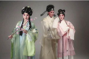 ...两隔.这般瑰丽爱情让冥界仙子曹娥(史依弘饰,左)为之感动,助...
