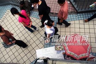 ...子冒雨在东街口天桥上乞讨却少人帮助-丈夫手术费差5万元 妻子拖着...