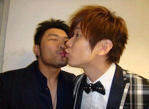 激情四射 同性现场接吻还很投入的明星家居照(组图)-同性现场接吻...