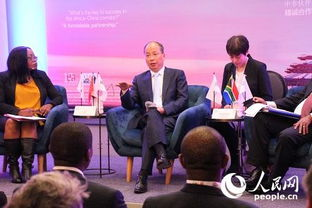 ...会满(左二)、标准银行集团首席执行官(右一)在南非约翰内斯堡...