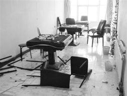 ...人半夜持刀抢劫棋牌室 致三人受伤