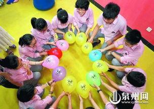 泉州九中的高三学生进行气球减压,气球内藏有老师对学生的励志纸条...