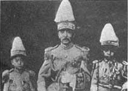 ...张作霖,左边是少帅张学良-日方机密照片再现张作霖被日军炸死全过...