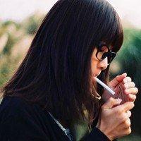 qq头像女生霸气抽烟