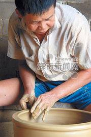 女孩赤脚泥坑里踩泥-制作这些陶器的人名叫詹尊兴,今年刚好六十挂零.他从十八岁开始与...