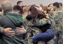 军人夫妇 阿拉斯加州近300名士兵与亲友团聚.-2012年全球最幸福的...