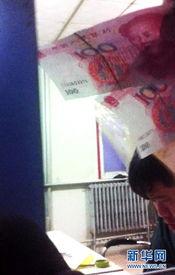 """无料工口av xvideos- 一名超载货车司机在""""高庄料场""""的简易房窗口缴纳300元""""通行费""""..."""