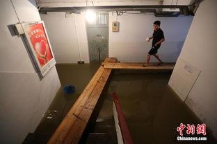 雨 泡 南京 迫大学生 搭桥 进出宿舍