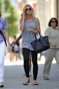 ...人在纽约逛街的照片. 照片中布鲁克林穿了一条很色紧身裤、夹脚趾...