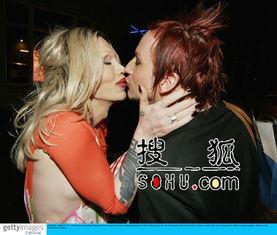 ...Pete与男友激情热吻