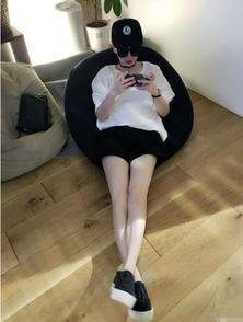 """半左右,戚薇在微博和粉丝打招呼""""早""""并晒出一张自己躺在座椅上的..."""