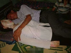 ...南一痴情男子,妻子死14年,仍然夜夜厮守,揽妻入怀