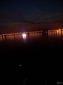 感觉很凉爽,和冰水的温度差不多了.松花江上面还有几个游船码头,...
