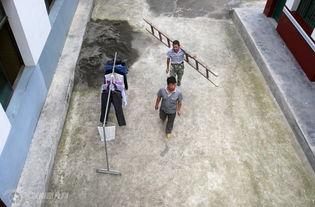 海拔1千多米的天罩坪山生活的麻风病人和医护人员全部搬离到山脚九...