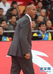 ...马布里在比赛中指挥.当日,CBA全明星周末星锐挑战赛在广州国际...