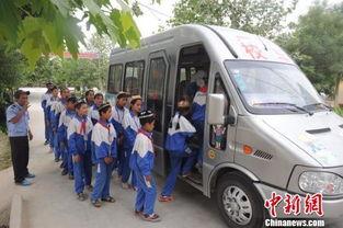 2010学爱路-孩子乘校车回家.有了校车以后,村里面孩子的入学率和升学率都也高...