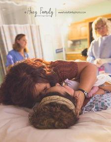 ...anessa Huey 摄-女儿生产时,陪伴在身边的母亲