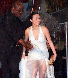 ...,也要争取秀出雪白大腿,旗袍式长裙已成为红毯最抢镜的