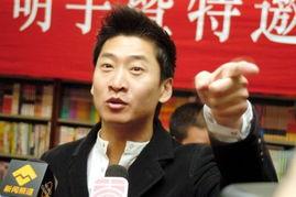 ...在北京图书大厦接待了《杰骜不驯》的读者并为他们签名留影,此书...