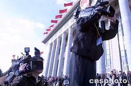 ...会堂台阶上各显神通抢抓新闻.(作者:刘殊瑾)-大会堂前拍 两会