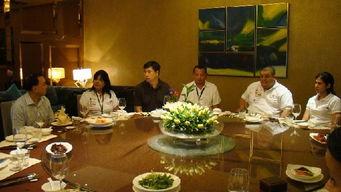 ...金泉(左)设宴招待委内瑞拉《新日报》记者团   摄 -委 新日报 第二...