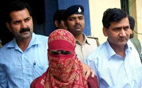 ...图片说明:女童强奸案的第二名嫌犯(蒙面者)被逮捕.-印度5岁女...