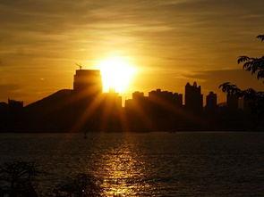 当太阳的最后一缕光辉消失在地平线下后,才依依不舍地离开.其实黄...