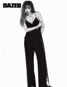 目前,泫雅确定将于8月1日公开SOLO新专辑,目前MV拍摄工作和录...