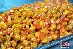 ...月29日,众多学生在中南大学的食堂里吃起了水果菜,该校近日推出...