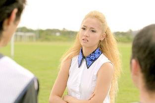 日本女优穿短裙丝袜足球场遭飞铲 尴尬走光 图