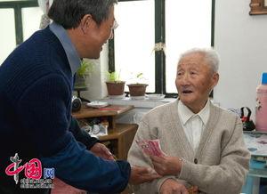 胖老头恋老净身图片-97岁高龄老人为灾区捐款