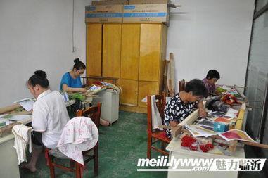 工作室内聚集了很多附近的家庭妇女前来学习,带动她们就业.-临沂...