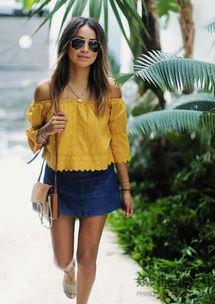 婷婷桃色网-黄色的蕾丝露肩款是很显肤色的哦!搭配深色牛仔裙,彰显了休闲度假...