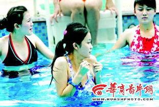 秀复赛的25位美眉,身着各式泳装展示个人风采.同时美女们还被分为...