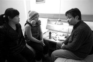...,作家余华 (微博)(右)到旅馆看望来京治病的白血病女孩宋静及...