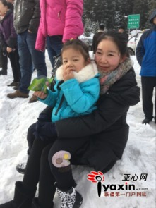 王奕童小朋友和她妈妈坐在雪堆上观看祈福活动-3000余名游客参加...
