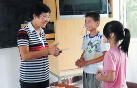 ...市启智学校的聋哑学生们亲手书写贺卡送给辛勤耕耘在特殊教育战...