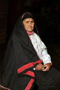 ...品 坐在门前的老妇人