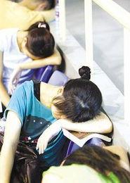 含着跪撅起腐书网-记者路过南京鼓楼区龙江小区体育馆时,看到学生模样的人流如潮水般...