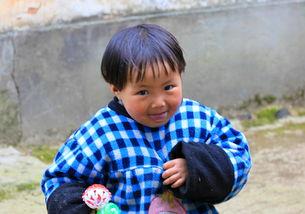 在婺源小山村的路边,看见可爱小孩就随拍了几张请欣赏~ -山村小孩 ...