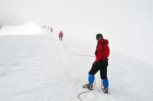 像要到山顶了,我的小伙伴们都哪... 白帽子王俊,蓝帽子小四,拍照 ...