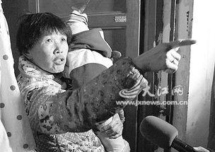 发现女子自杀的住户李女士.-嘴里哭喊 爸爸 女子割腕自杀
